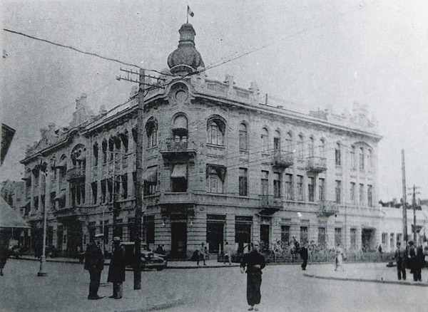Figure 2: Hotel Moderne, flying the French flag, 1930s. The Cyrillic letters running down the corner frontage read Kaspe on the right-hand side and Modern on the left. Image courtesy Professor Dan Ben-Canaan archives collectionThe Sino-Israel Research and Study Center, Heilongjiang University, School of Western Studies, Harbin